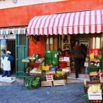 カラフルでかわいいプローチダ島の日常風景<イタリア>